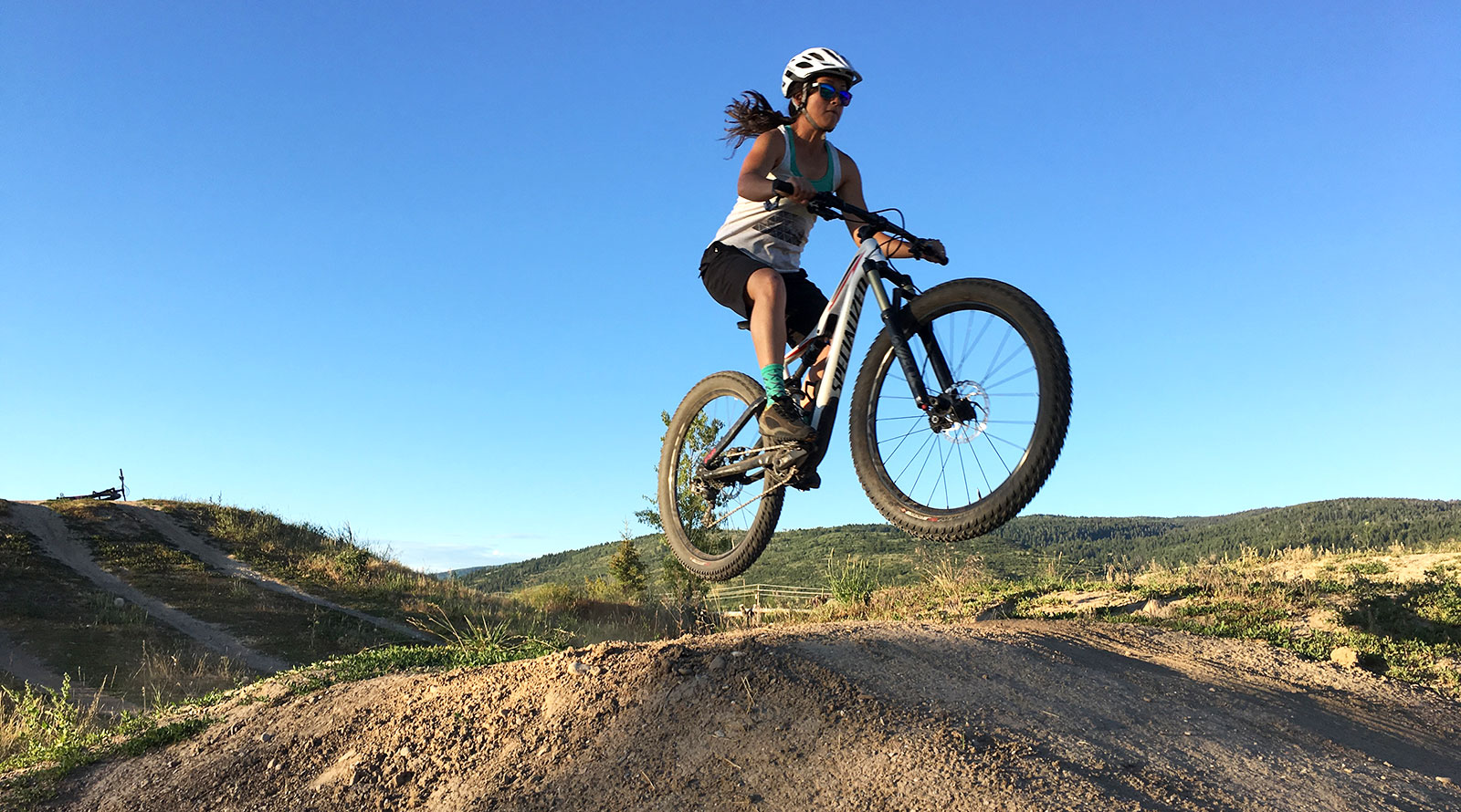 jess jumping specialized stump jumper women mountain bikers mountain biking